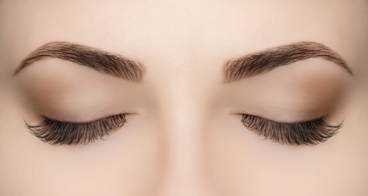 beautiful,woman,with,long,lashes,in,a,beauty,salon.,eyelash